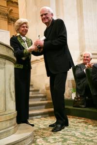 Hélène Carrere d'Encausse, secrétaire perpétuelle de l'Académie française et Minlan Kundera, Lauréat du Prix mondial de la Fondation Simone et Cino del Duca, 10 juin 2009, Coupole de l'Institut de France