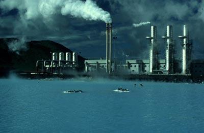 Centrale géothermique. Des gens se baignent autour d'une centrale géothermique en Islande.
