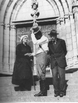 Madame Boudier, Henri Pourrat et Pierre Villetard devant l'église St-Jean d'Ambert, 1955
