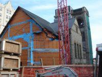 Emmaillotée dans une toile orange et bleu, l'église se prépare pour une nouvelle affectation.