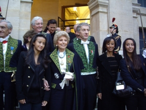 Réception de Jean-Christophe Rufin de l'Académie française le 12 novembre 2009, Jean-Christophe Rufin, entouré de son épouse et de deux de ses filles avec Hélène Carrère d'Encausse et Yves Pouliquen