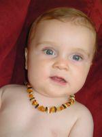 Jeune enfant portant de l'ambre