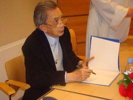François Cheng dédicaçant son ouvrage Vraie lumière née de vraie nuit