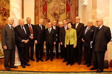 Plusieurs académiciens de l'Académie des sciences morales et politiques entouraient les lauréats.