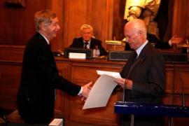 Philippe Jurgensen (à gauche) reçoit son prix des mains de Jean Cluzel (à droite), président de Canal Académie.