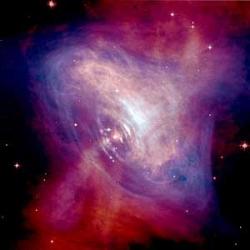 Image composite visible\/rayon X du pulsar du Crabe, né de la supernova historique SN 1054, montrant le gaz environnant la nébuleuse agité par le champ magnétique et le rayonnement du pulsar