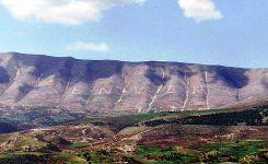 Le nom d'Enver Hoxha, gravé à flanc de montagne. L'inscription a été effacée au napalm en 1995