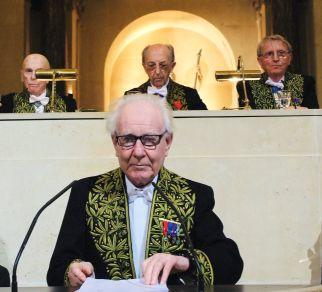 Jean Delumeau prononçant un discours sous la Coupole. Derrière lui, de gauche à droite, Jean Leclant, Bernard Pottier, Jean-François Jarrige