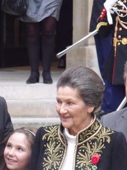 Simone Veil et sa petite fille, après la cérémonie sous la Coupole le 18 mars 2010