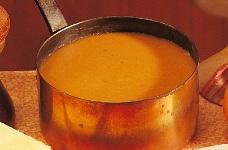 La célèbre sauce Nantua: jus de cuisson des carapaces, sauce béchamel et beurre d'écrevisse