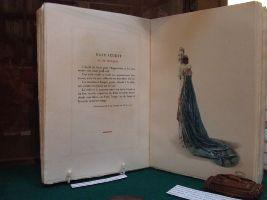 Livre de textes et d'illustrations expliquant l'habillement de l'époque