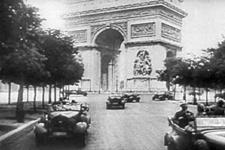 Parade nazie sur l'avenue Foch déserte