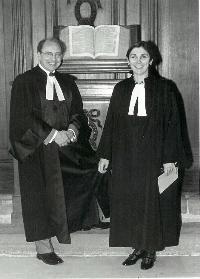 Les pasteurs Werner Bürki et Florence Taubmann, en robe, devant une Bible ouverte, à l'Oratoire du Louvre à Paris