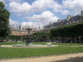 Vue de la Place des Vosges (ex-Place Royale), dont la construction a commencé en 1605