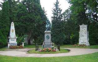Tombes de Beethoven (à gauche), de Mozart (au centre) et de Schubert (à droite), au Zentralfriedhof de Vienne.