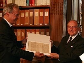 Stephen G. Emerson remet la lettre de Descartes découverte dans son Université d'Haverford au chancelier de l'Insitut de France, Gabriel de Broglie, 8 juin 2010, Bibliothèque de l'Institut de France