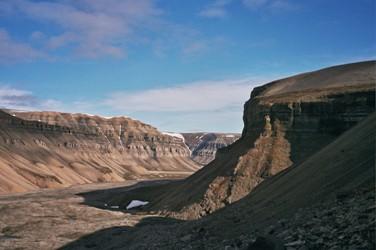 Les recherches de fossiles ne sont possibles que l'été, avant que les glaciers ne recouvrent les potentiels espaces de recherche