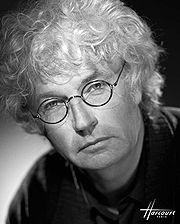 Jean-Jacques Annaud photographié par les studios Harcourt (1998)