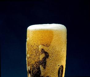 Formation de mousse  dans une bière pilsner tchèque