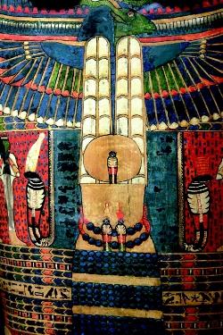Bleu égyptien, un des tout premiers pigments synthétiques, sur un sarcophage de bois polychrome.
