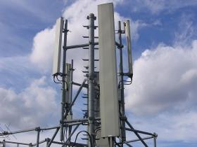 Une antenne relais GSM sur un toit à Paris.