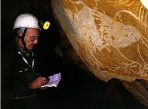 Jean Clottes prend des notes sur les peintures rupestres de la grotte Chauvet