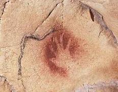 On suppose que la main sur la paroi était un des éléments  rituels pour s'imprégner de la force magique de la grotte