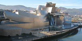 Façade nord du musée Guggenheim par Franck Gehry, le long de la ria de Bilbao
