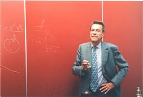 Pierre-Gilles de Gennes devant son tableau rouge de l'ESPCI