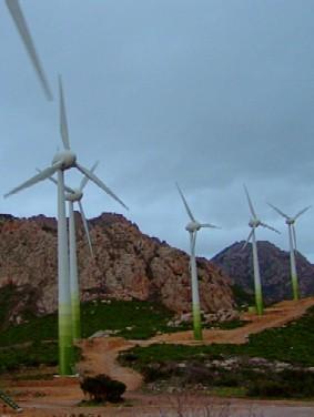 Éoliennes dans la Chine rurale et montagneuse.