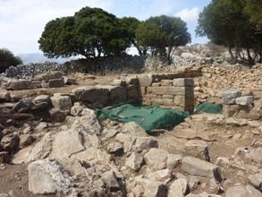 Nouveau secteur de fouilles. L'acropole ouest, bâtiment d'époque hellénistique en cours de fouilles.
