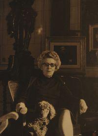 Suzanne Lilar dans sa maison à Anvers, dans les années 1960