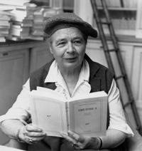 La célèbre photo de Marguerite Yourcenar dans la bibliothèque des éditions Gallimard par Louis Monier