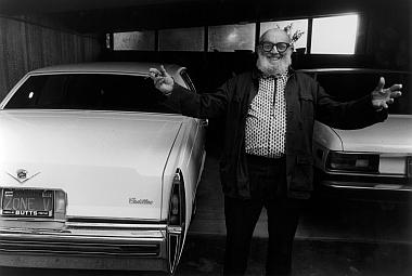 """Photographie de Lucien Clergue, """"Ansel Adams et sa Cadillac avec sa plaque d'immatriculation personnalisée"""", Carmel 1981, noir et blanc tirage argentique"""