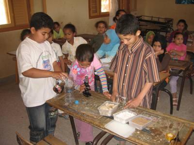 Atelier de sciences dans une école au Maroc