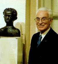Paul Belmondo, devant le buste de son fils Jean-Paul