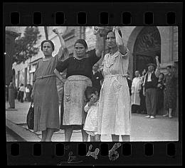 """Négatif, Photographie de Gerda Taro [Spectateurs à l'enterrement du général Lukacs, Valence], 16 juin 1937 Négatif, document retrouvé dans la """"Valise mexicaine"""""""