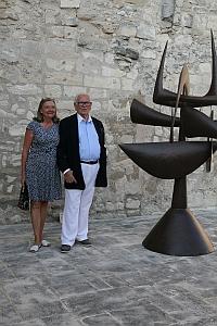 Pierre Cardin et Lydia Harambourg devant une sculpture d'Hiquily, Lacoste 2 juillet 2011