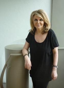 Nathalie Rheims au studio de Canal Académie. La fille de Maurice Rheims fait son éloge dans Le fantôme du fauteuil 32 (Léo Scheer)