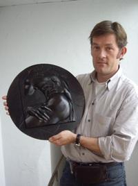 Nicolas Salagnac porte un médaillon sculpté en bas relief et édité en bronze patiné. Cette pièce est inspirée d'un détail de la sculpture de Le Bernin, «Le Rapt de Proserpine par Pluton», sculpture présentée à la Villa Borghèse, à Rome