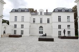 Le Chateau Buchillot (18<sup>e<\/sup> siècle) accueille l'un des plus grands sculpteurs classiques du XX<sup>e<\/sup> siècle Paul-Belmondo