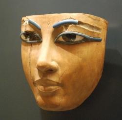 Masque égyptien exposé au Louvre.