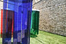"""Carlos Cruz-Diez, """"Trois Douches d'induction chromatique"""", 1968, hauteur 2 mètres, bandes de plastique acrylique, Sarl Atelier Cruz-Diez, Château de Lacoste, juillet 2011"""