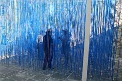 """Des visiteurs dans la sculpture de Raphaël Soto, """"Pénétrable bleu"""", exposé au Château de lacoste , juin 2011"""