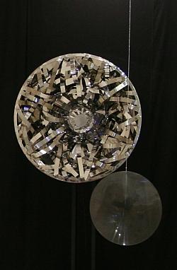 Sculpture de Nicolas Schöffer, Le Soleil, 1978, 216x122x70, acier inox poli miroir, plexiglas, support acier noir, moteur, système électrique, Collection Eléonore de Lavandereyra Schöffer, exposée au Château de Lacoste juin 2011