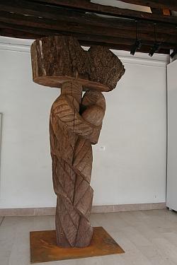 Nicolas Alquin,  Avec l'arbre , 2010, chêne, 317 x 152 x 85 cm, Biennale de Sculpture de Yerres, septembre 2011