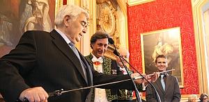 Michel Lucas, Président-directeur général du CIC, Président de la Confédération nationale du Crédit mutuel, remet à Patrick de Carolis son épée d'académicien Grand salon de l'Hôtel national des Invalides, 12 octobre 2011