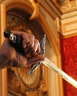 L'épée d'académicien de Patrick de Carolis, dans sa main lors de la cérémonie de la remise de son épée, Grand Salon de l'Hôtel National des Invalides, 12 octobre 2011