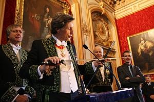 Cérémonie de la remise de l'épée de Patrick de Carolis, derrière lui à gauche Erik Desmazières, à droite Arnaud d'Hauterives et Thibault Sergé, Grand salon de l'Hôtel national des Invalides, 12 octobre 2011