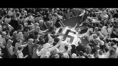 Image emblématique du film de René Clément: le drapeau nazi déchiré par les Parisiens libérés.